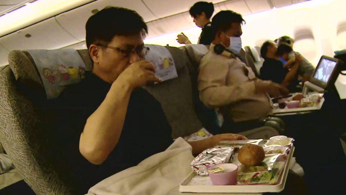 外媒報導8大航空業祕辛 托盤桌幾乎沒清過?