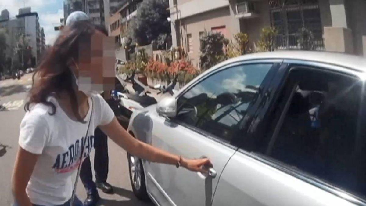 女嬰遭反鎖車內 警棍尾端擊破器成功營救