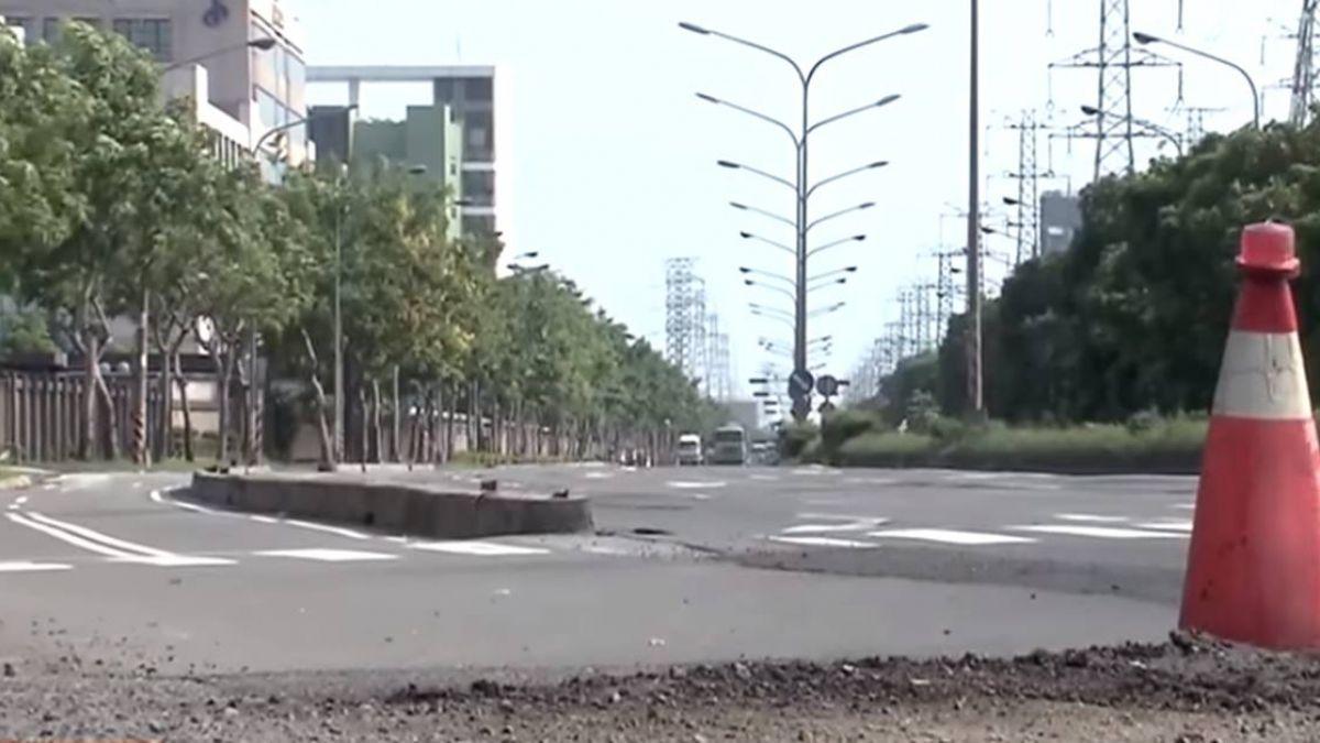 豪大雨後高雄市區五千個洞 老夫婦慘犁田