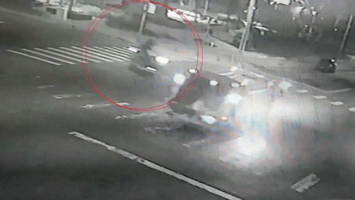 驚悚3秒!機車與垃圾車高速相撞 騎士倒地血流如注送命