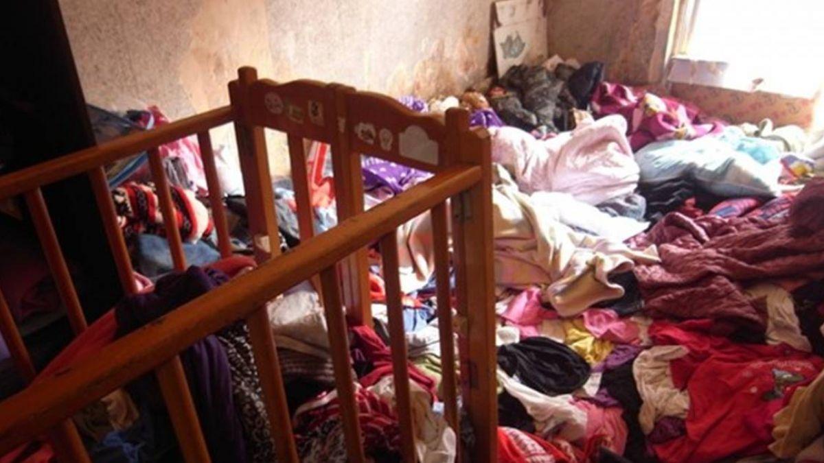 「踩不到地」一家6口擠小房間…撥開衣物才躺平 她無奈睡沙發