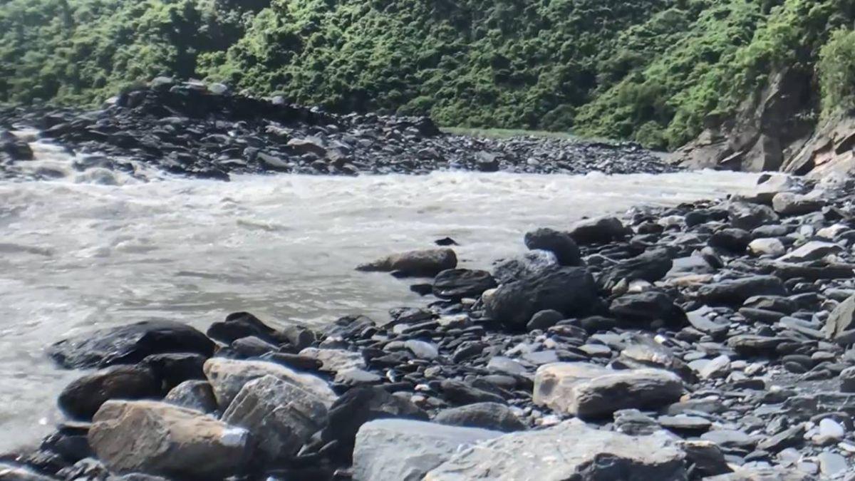 魯凱族畫家回舊部落修屋 溪水暴漲受困獲救