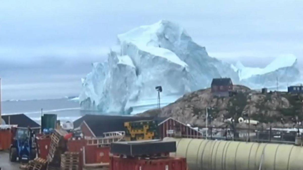格陵蘭外海漂冰山 居民憂崩解引海嘯急撤離