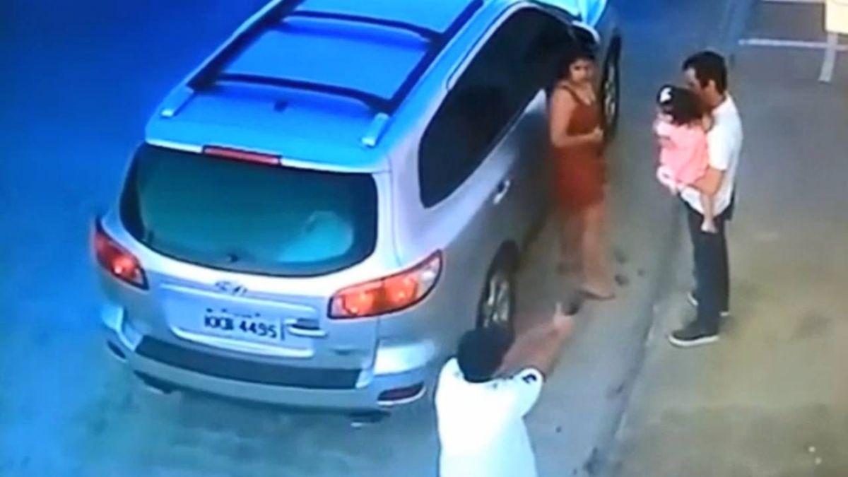 逃不過了!男遭槍手暗殺 冷靜護女兒離開…轉身赴死