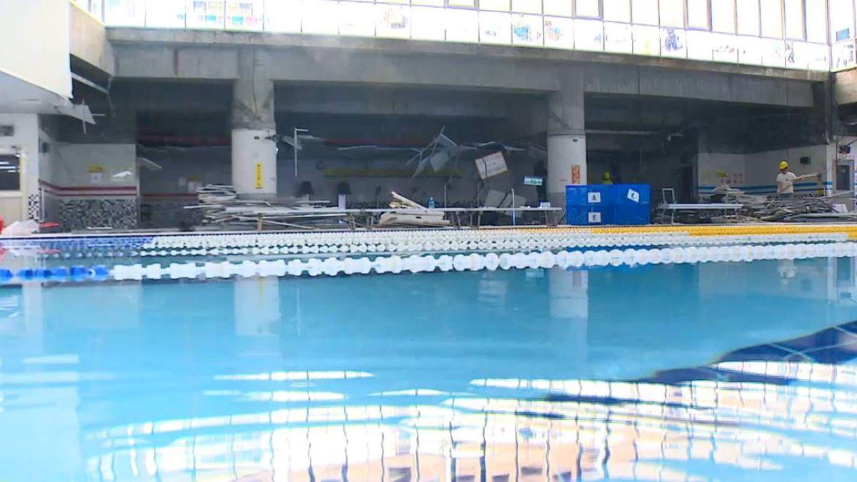 驚險一瞬間!運動中心泳池天花板突坍塌 輕鋼架崩落嚇壞眾人