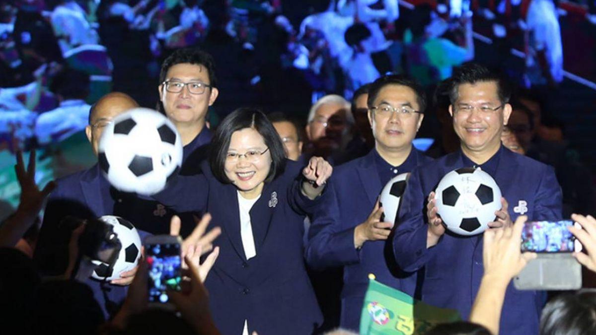 民進黨全代會 參選人足球射門象徵射進勝利
