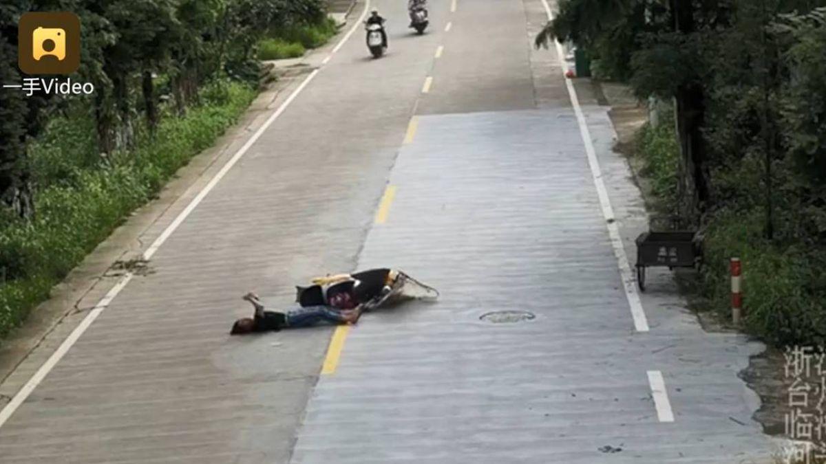 扯!女子邊滑手機邊騎車…下秒追撞慘摔 淡定躺地繼續滑