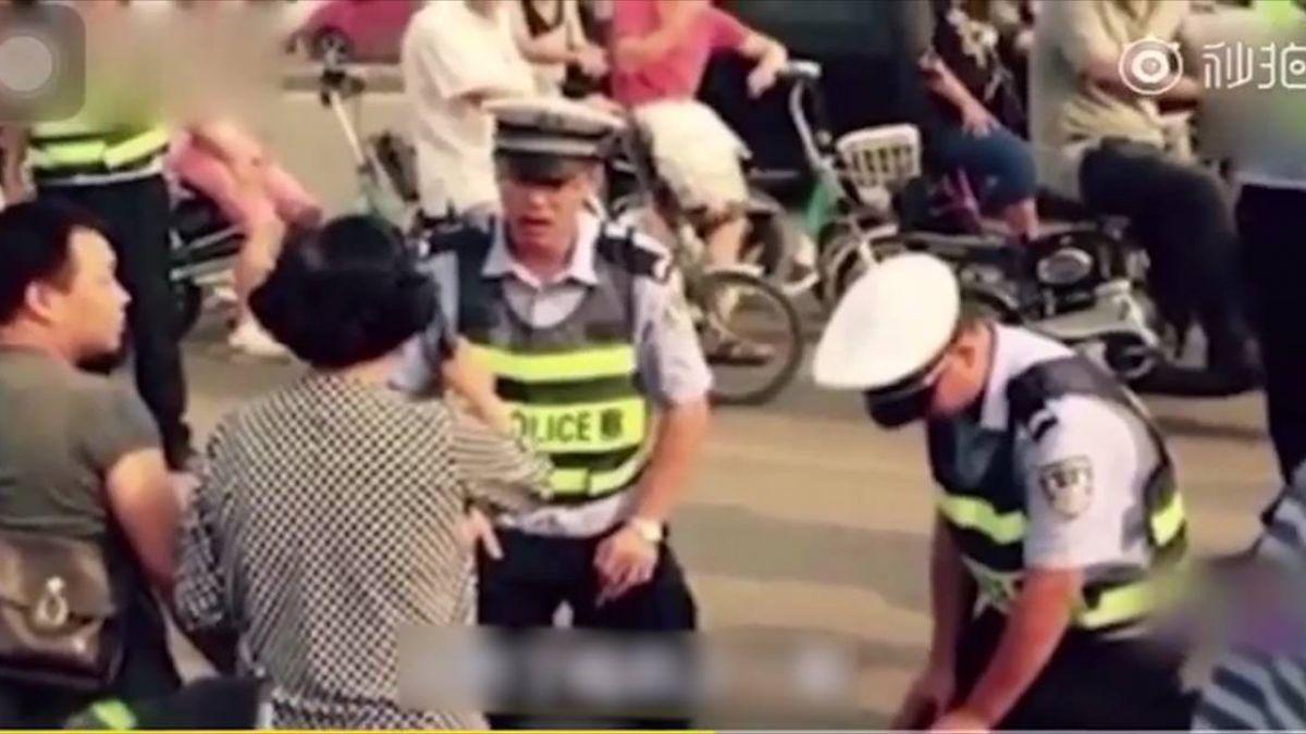 男子酒駕被查 交警卻當眾下跪?知道原因後網友大讚