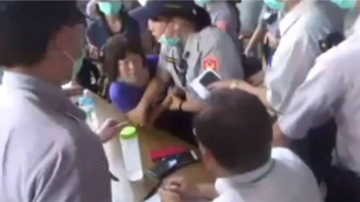 「咬你一口剛好而已」...拆遷糾紛 屏議員咬女警手臂遭扯破衣