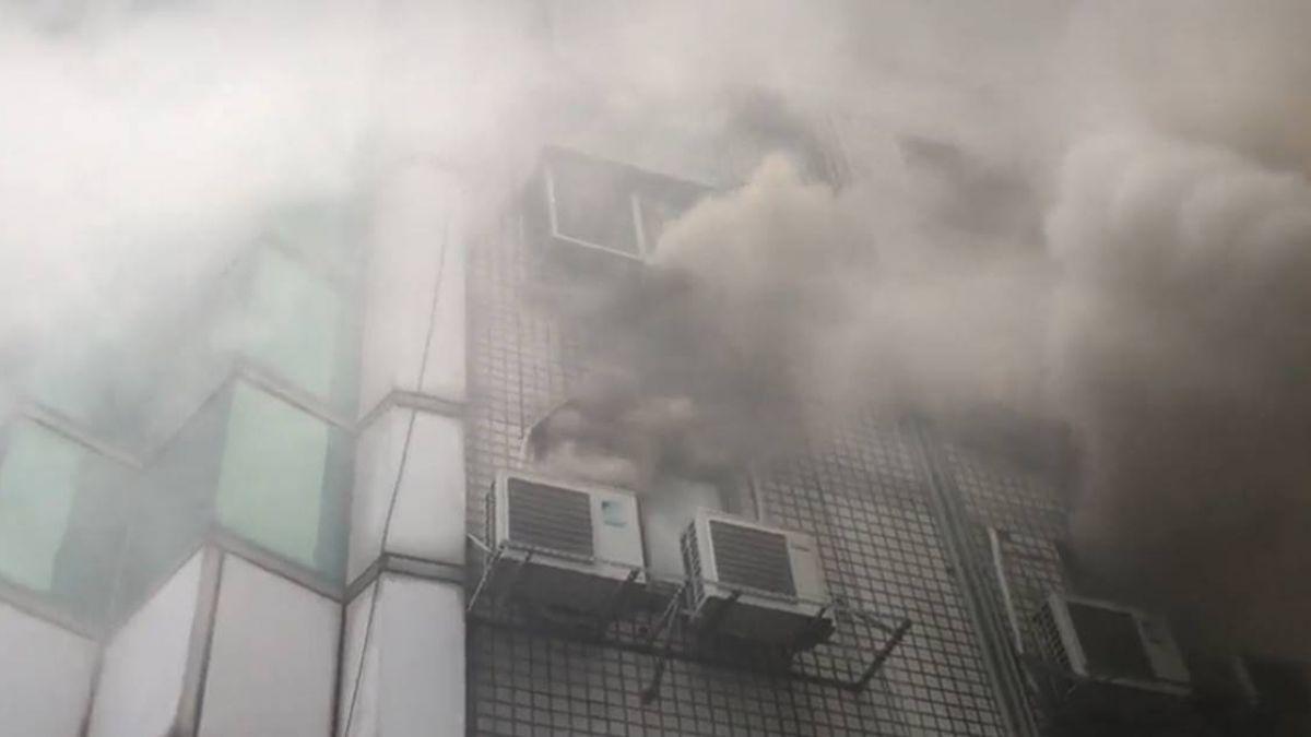 疑電線走火!台南東區大樓冒火 人員急疏散