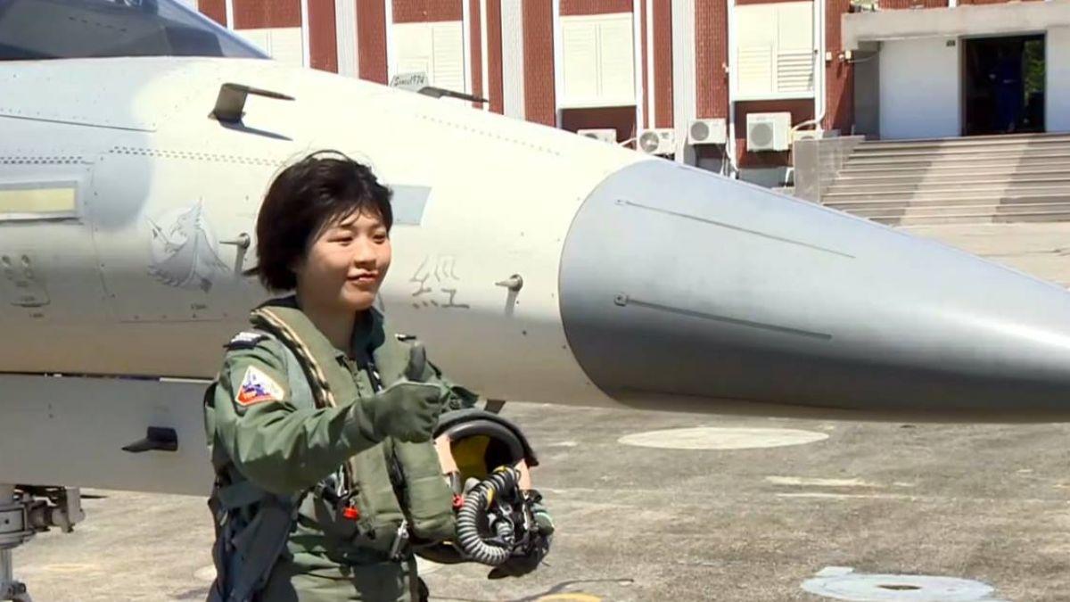 空軍秀三型機衝場 首批女飛官正式亮相