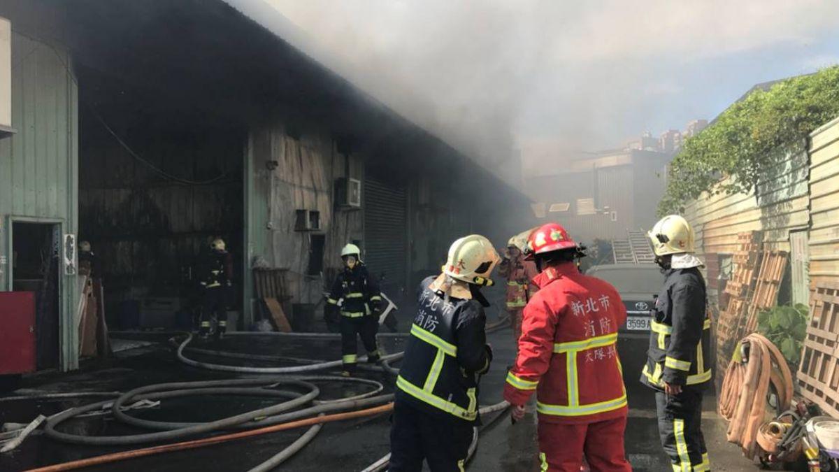 新北中和違建鐵皮工廠火警  濃煙四竄警消急搶救