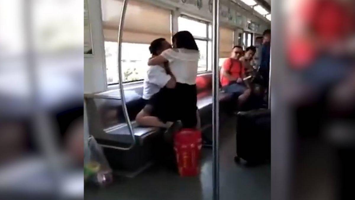「屍速列車」真實上演!女狠咬乘客臉 俯地舔食鮮血畫面曝光
