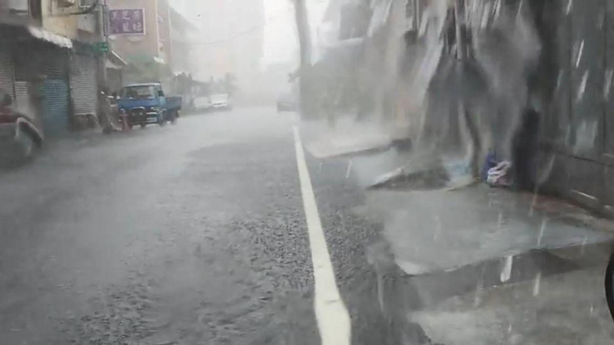 8縣市豪、大雨特報!屏東暴雨…積水成小溪 畫面曝光