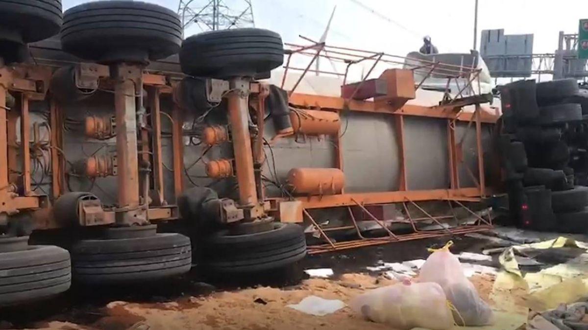台61線化學車翻覆駕駛亡 有毒物質外洩封道處理