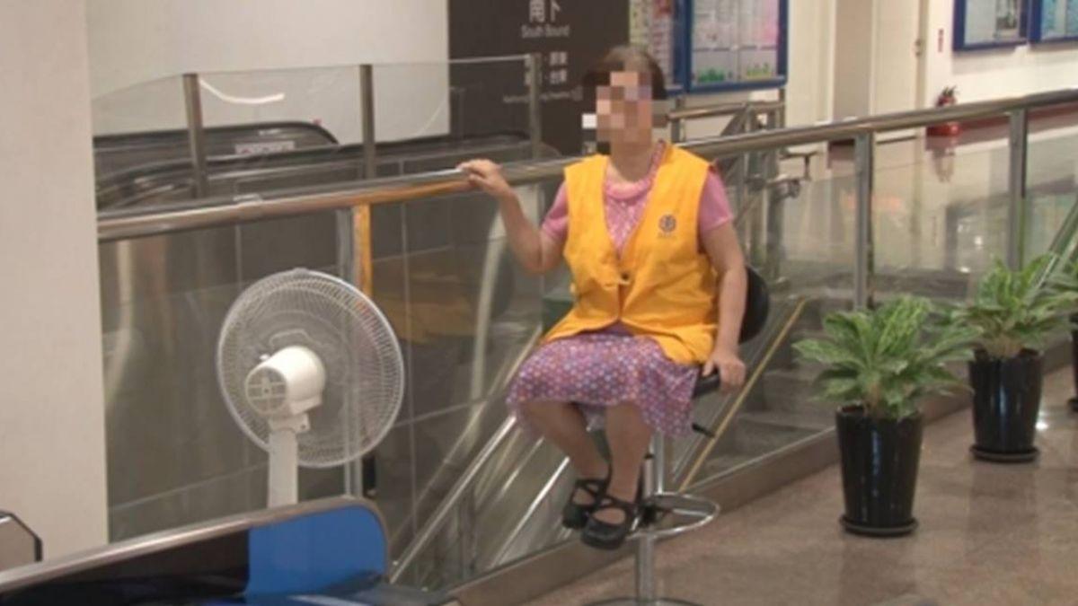 飆32.7度! 車站內像在室外 志工難耐狂吹電風扇