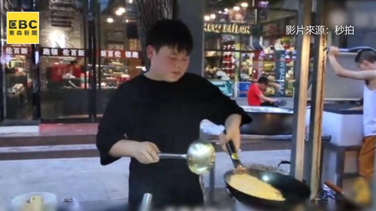 15歲小哥哥稱霸夜市!酷炫甩鍋賣炒飯盼分擔父母壓力