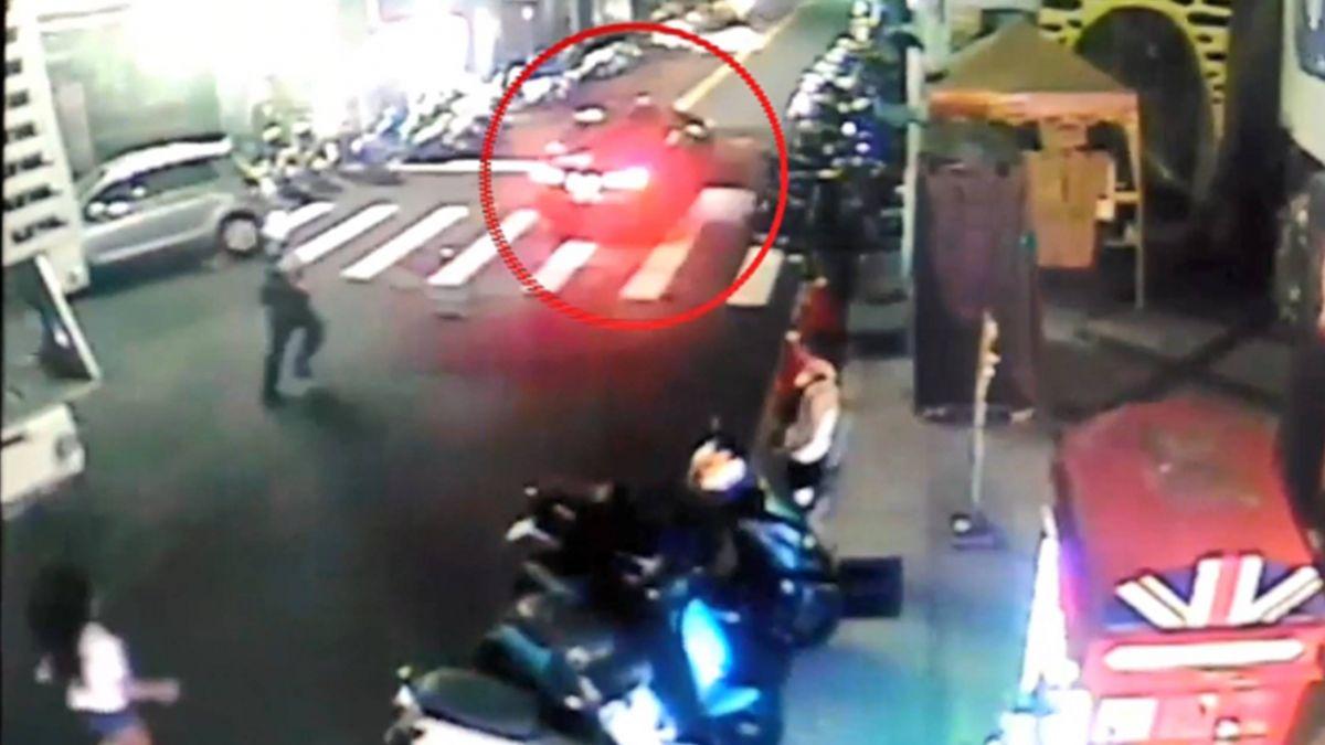 藏毒拒檢 撞警車拖行50公尺 警跳車拉煞車逮人