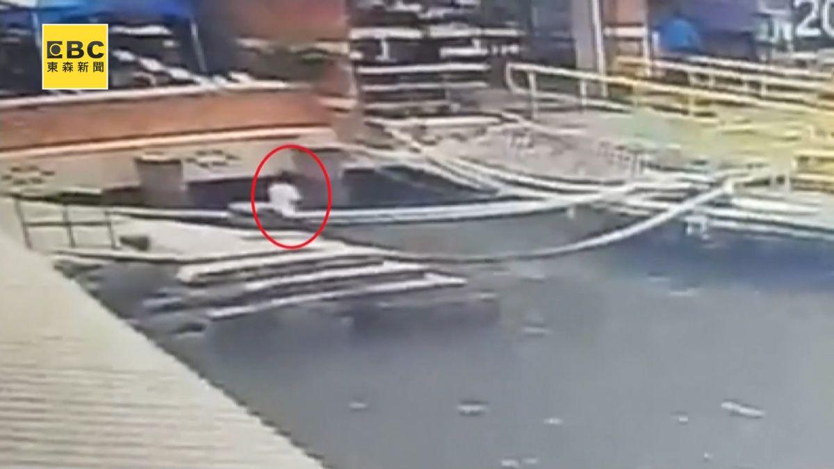 11歲童旗津渡輪站旁釣魚 「離奇腳滑」落海畫面曝光