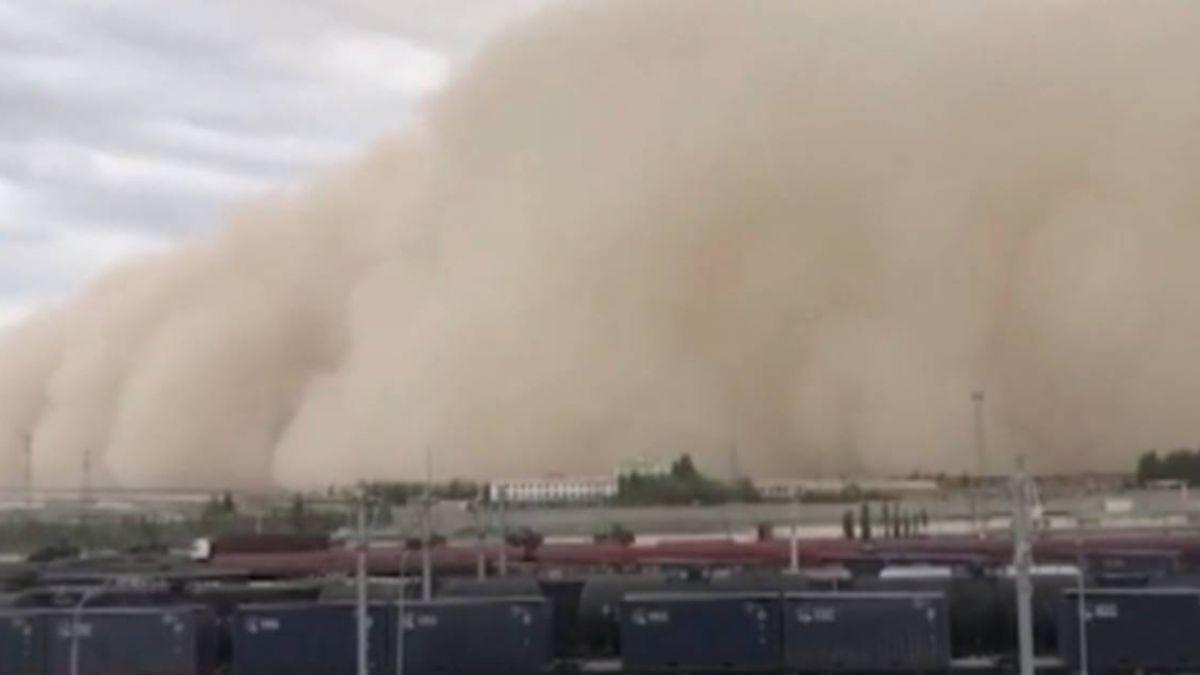 妖怪來了!百米高沙塵暴 黃沙吞噬整座城市