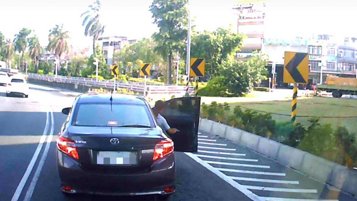 國道路上…「女怒突下車」他秒開走!網虧:被放生了