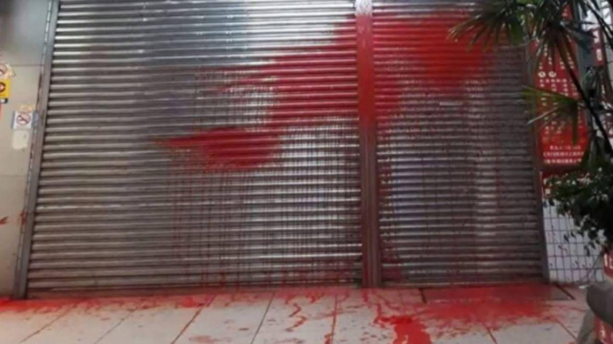 招誰惹誰?噴水雞肉飯始祖店遭潑漆 警方調查