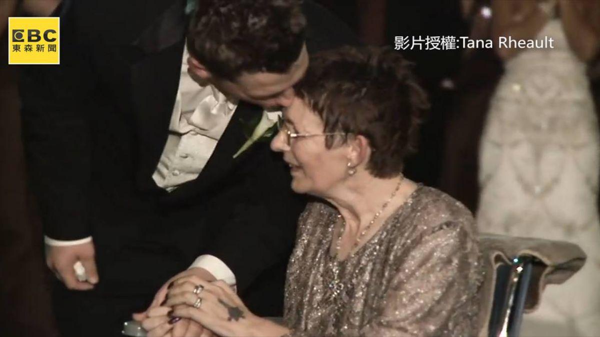 婚禮邀漸凍母共舞 新郎緊握媽媽手 惹哭眾人
