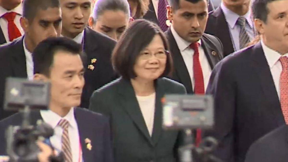 蔡總統抵達巴拉圭 僑胞寒風細雨中熱情迎接
