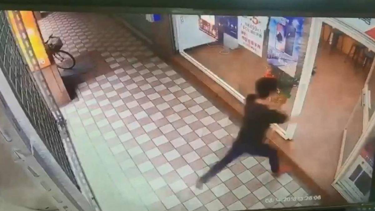 男闖通訊行毆傷2人 傷者疑持有毒品被移送