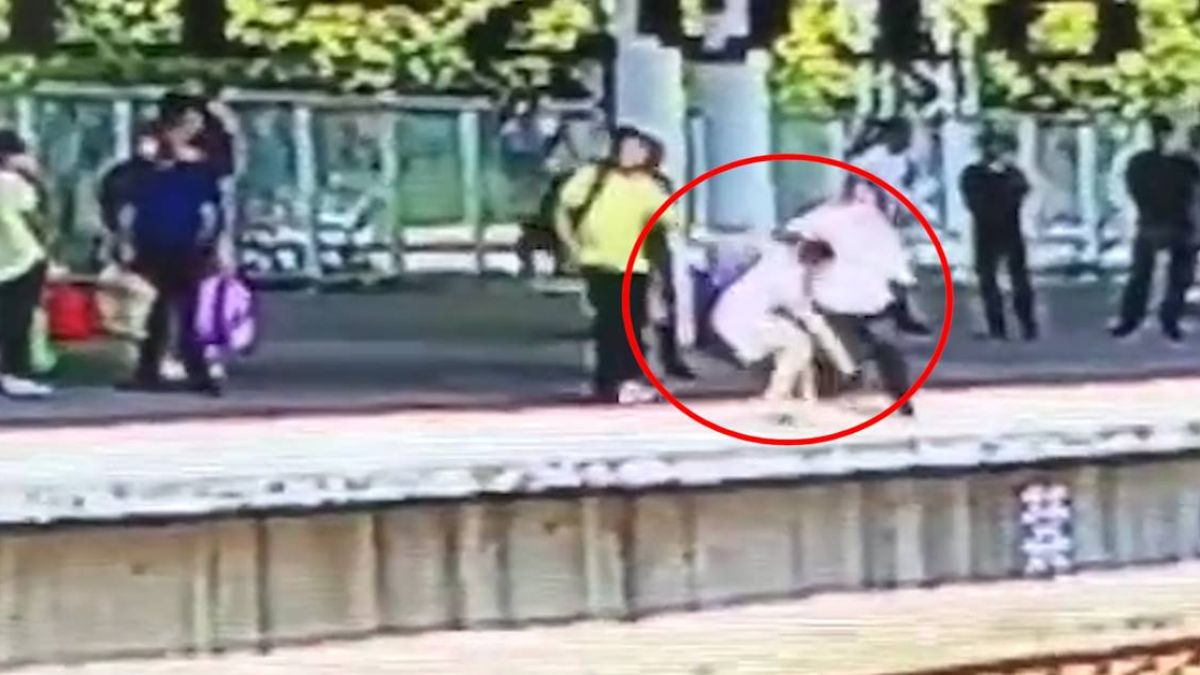 僅差4秒火車進站!婦激動欲跳軌 機警站務員緊急「拉她一把」救援