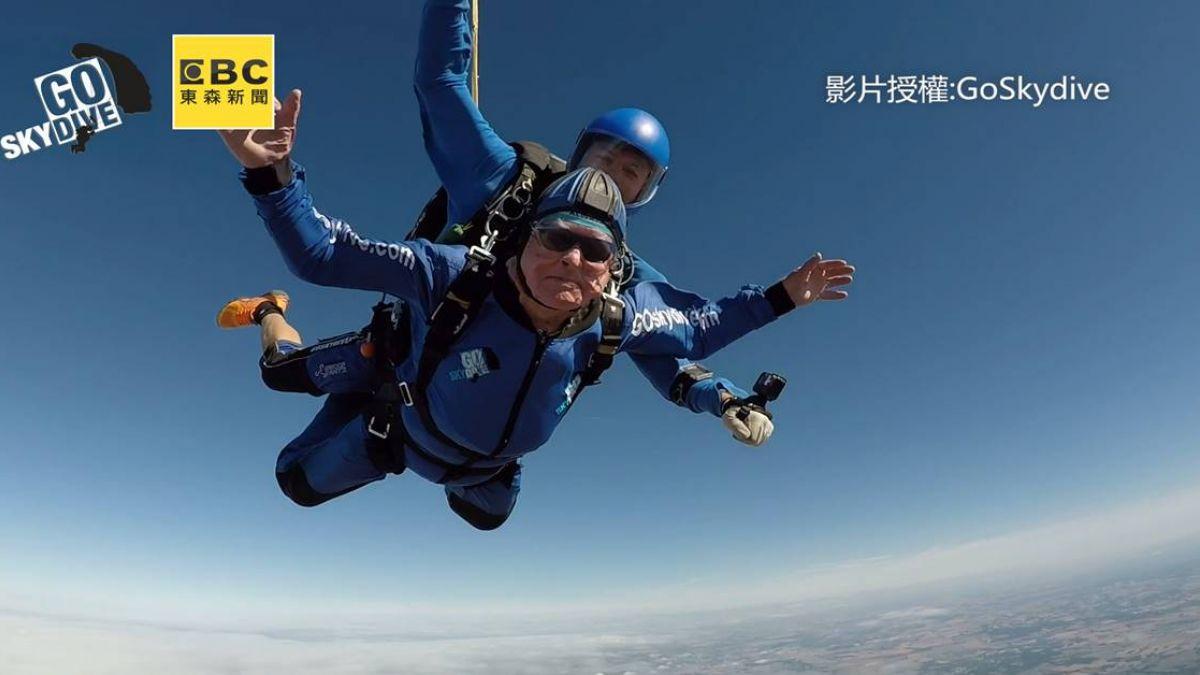 活到老玩到老!百歲人瑞慶生 強心臟挑戰英最高跳傘極限