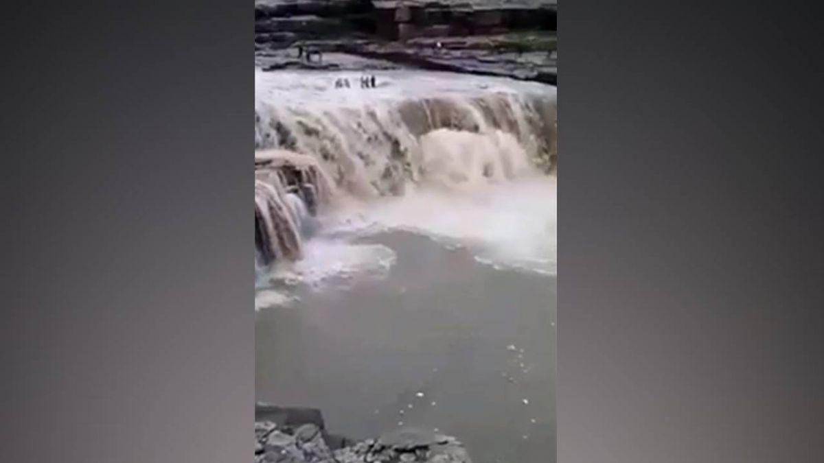 印度洪水釀324死!屋遭土石流沖毀 孕婦空中逃生