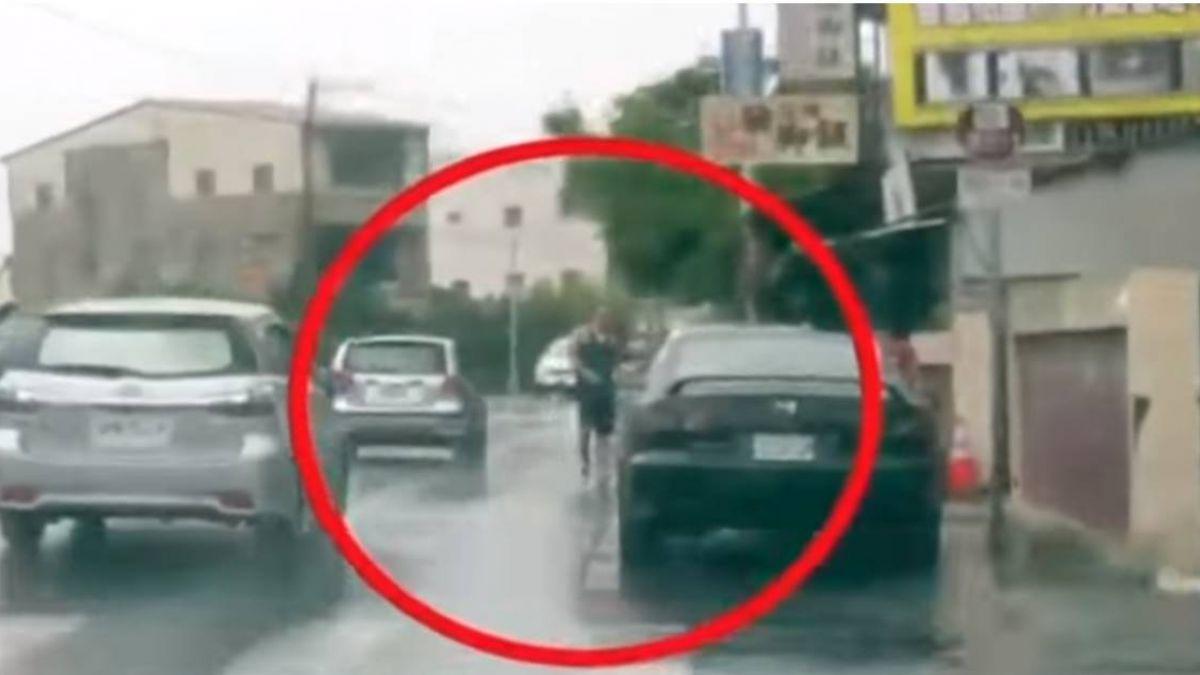 車上藏毒怕被逮 毒蟲發狠撞警車秒逃逸