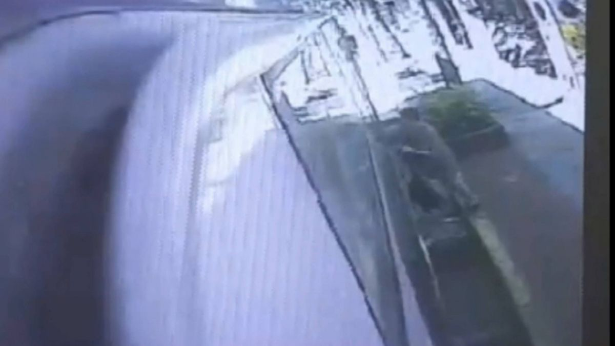 司機未留意關車門 老婦人遭拖行重摔險遭輾