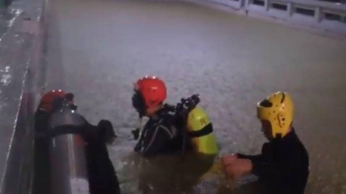 民雄地下道淹水傳人車受困  消防潛水搜尋無獲