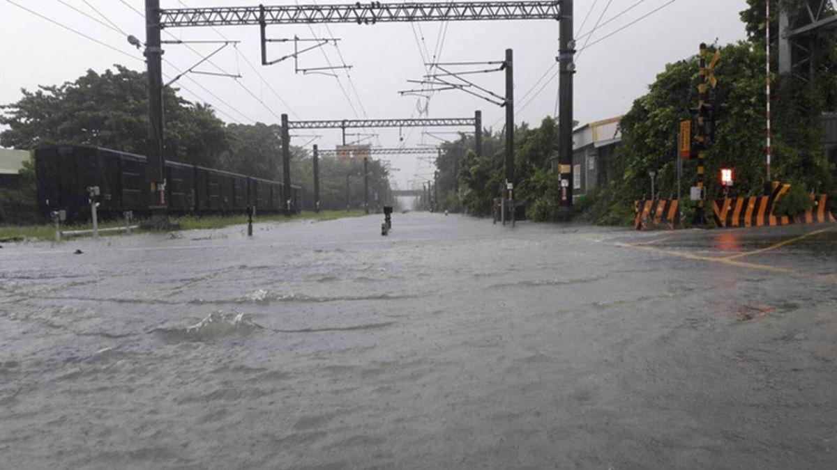 豪雨襲南台灣  台鐵多處水淹軌面無法通行
