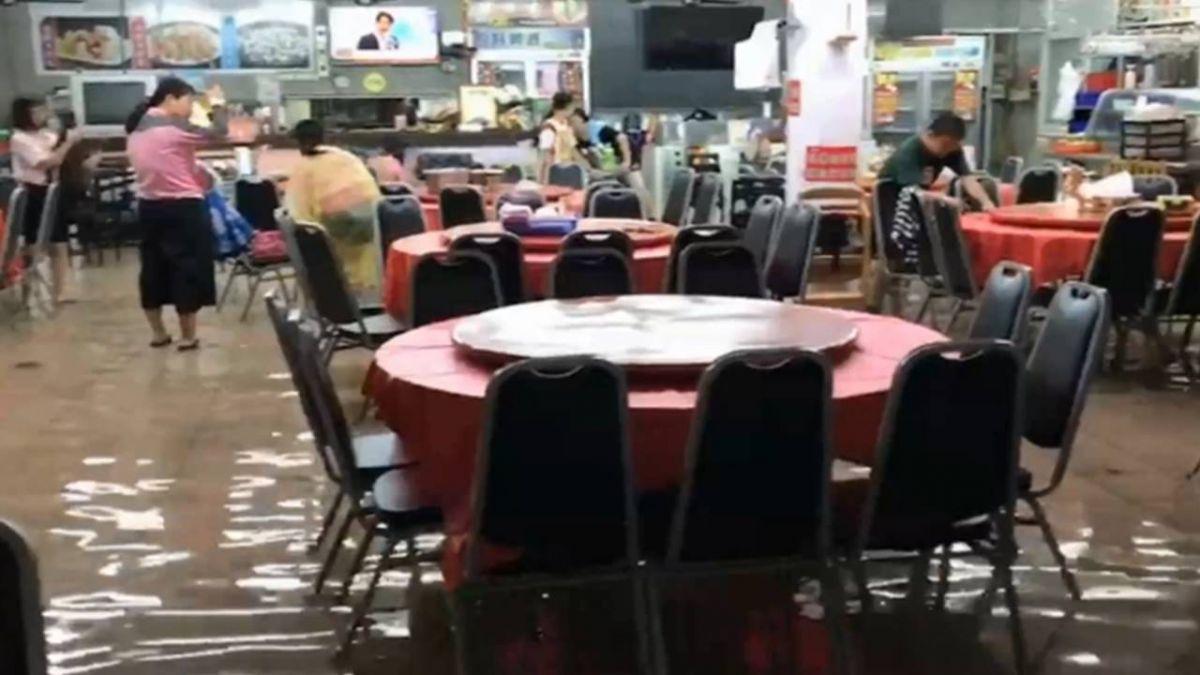 暴雨席南台灣!嘉義餐廳水淹全店 客人腳泡水裡吃飯