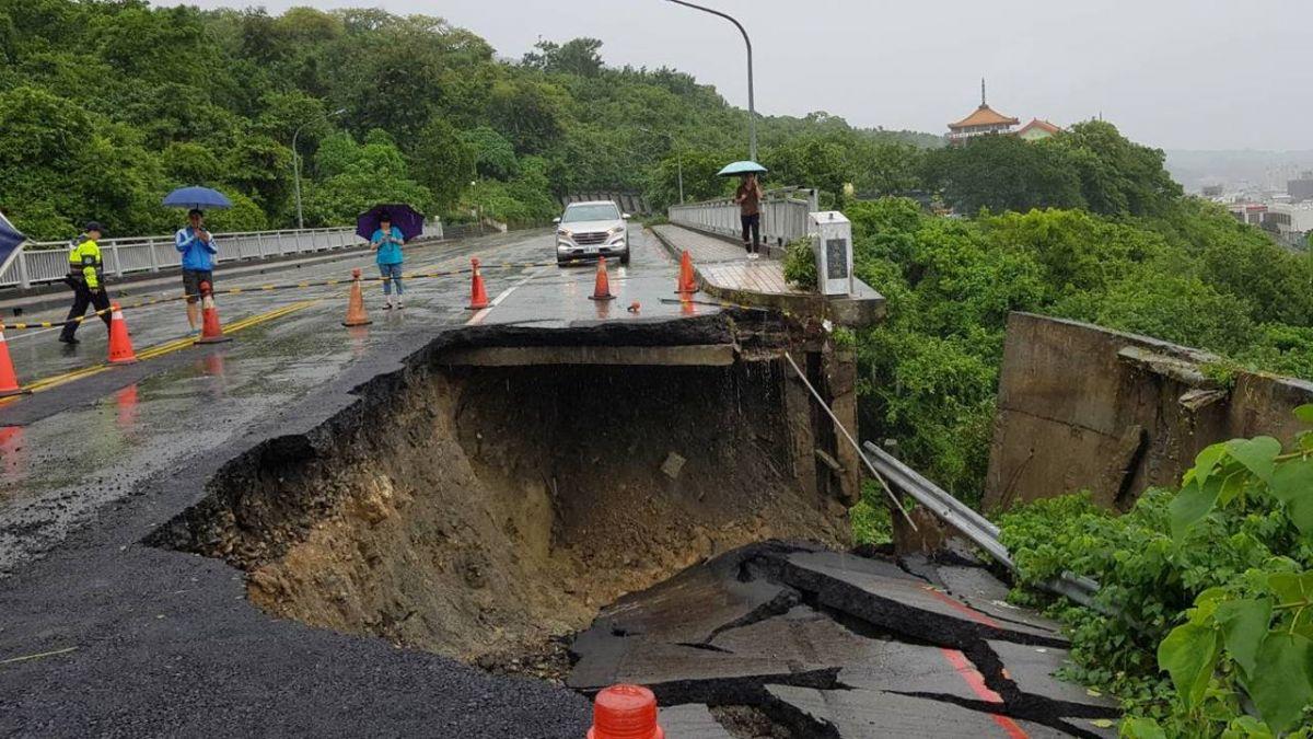 高雄暴雨狂炸! 壽山萬壽橋前山路坍方數十公尺