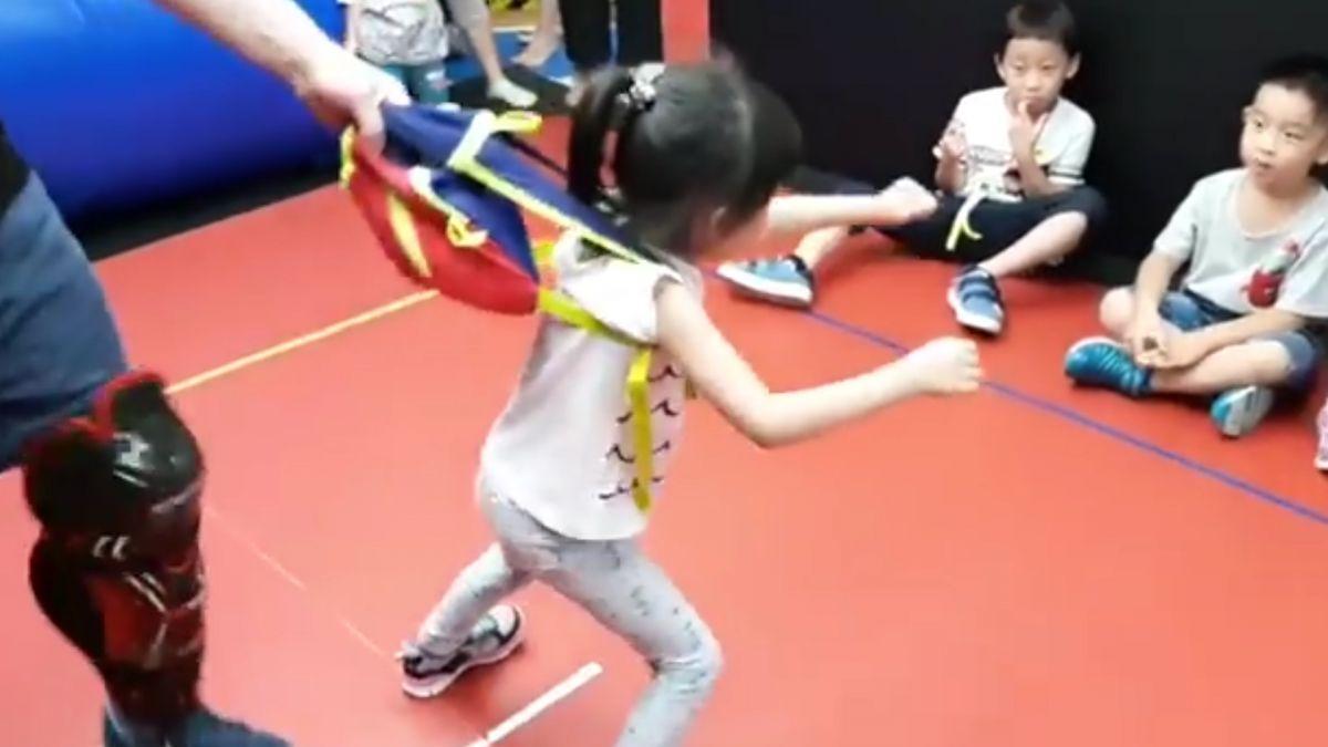 驚嚇!小孩走在路上被強拉 親子防身術實戰教學