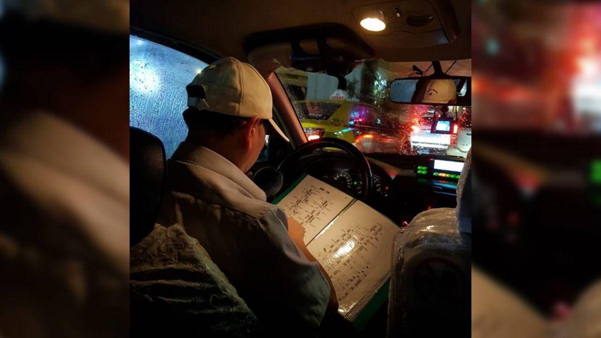 「老司機」找路不靠GPS 翻閱自製地圖本!網不捨:心酸酸的