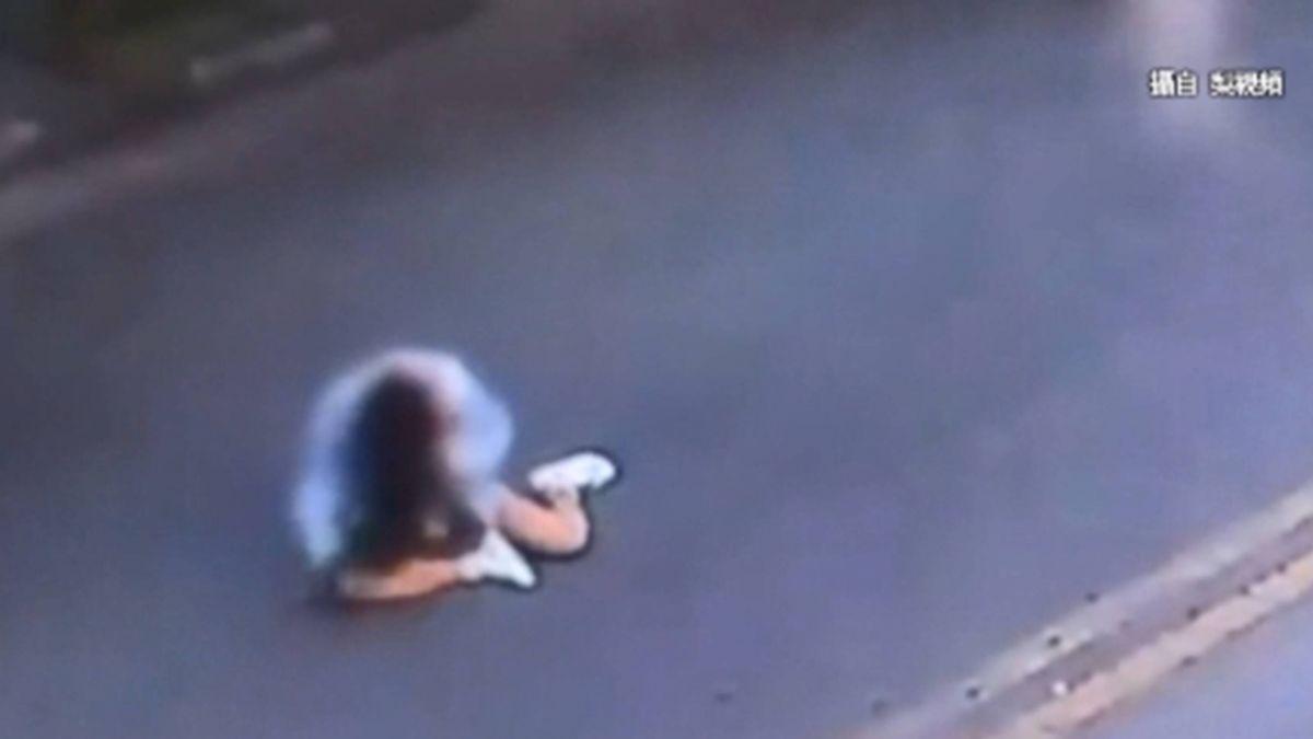 男女雙載闖燈  騎士狂催油門當場「翹孤輪」摔車