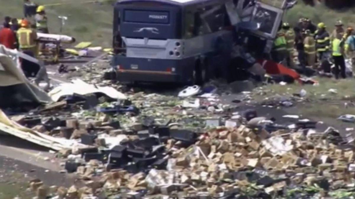 美巴士貨車對撞…現場如地獄「車頭毀翻覆」8死40傷