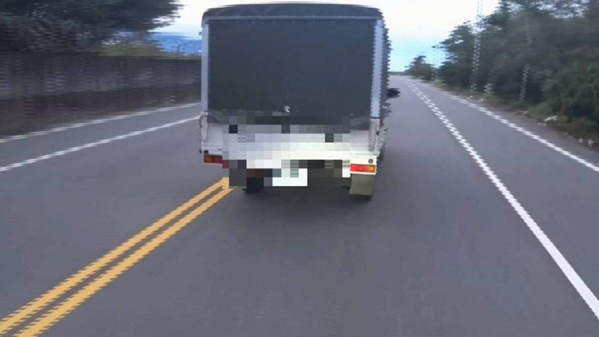 貨車違規超車 外國騎士報警控被罵怒po文