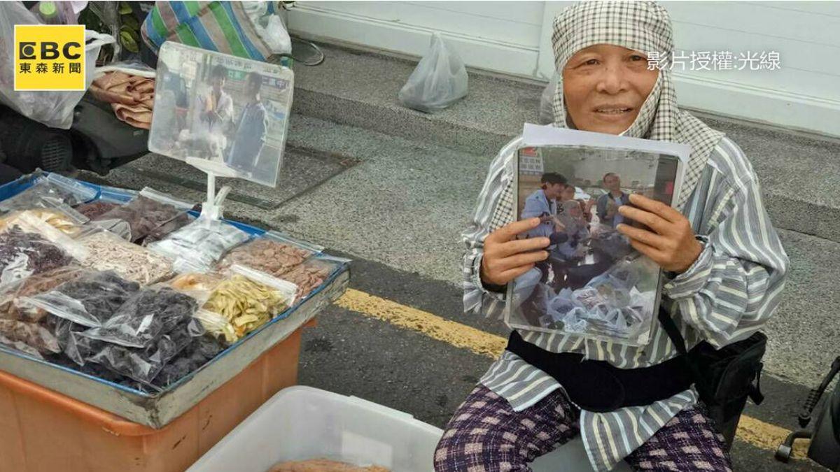 夫病兒車禍過世...65歲嬤國華街叫賣蜜餞 「1包賺10元」養一家六口