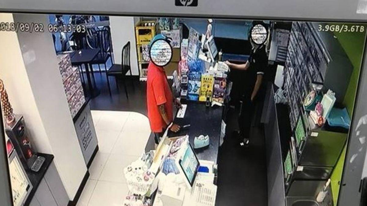 男持刀搶超商 年輕店員用一包菸勸退