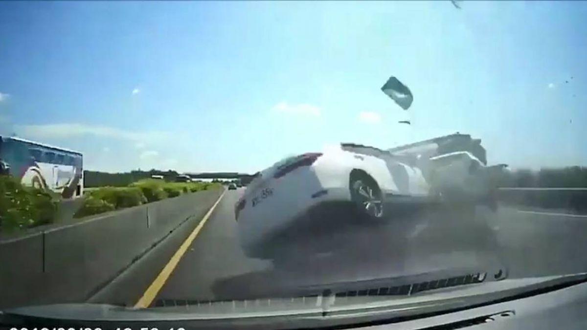 不要命超車?國道2車連翻覆…小孩噴飛車外 驚悚7秒曝光