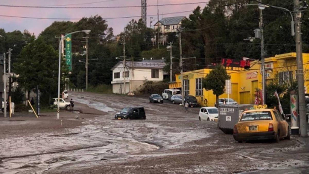 路面滿佈泥水!札幌現土壤液化 道路吞噬車輛