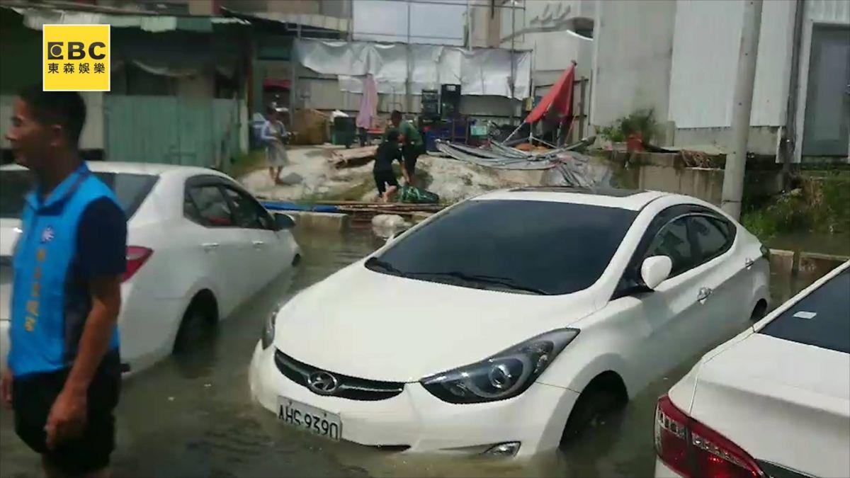 雨才下10分鐘!台南永康水淹大腿 民眾哭:不知該怎麼辦