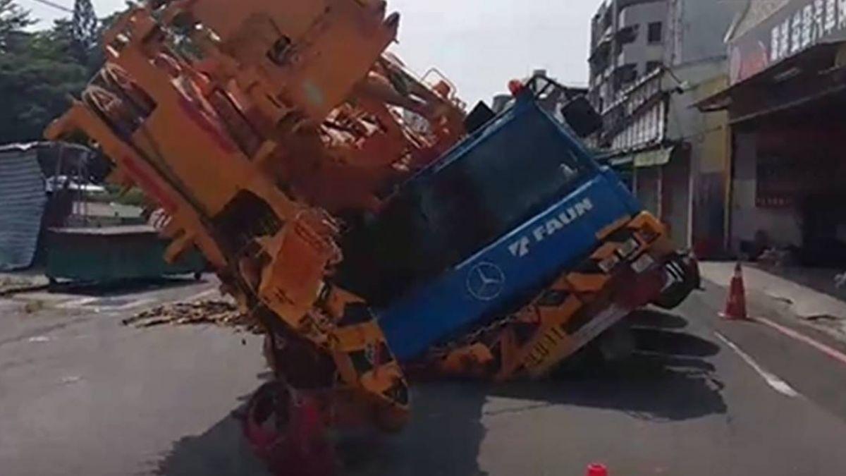 嚇人!台南馬路再現吃人坑洞 4000萬元百噸吊車傾斜陷入