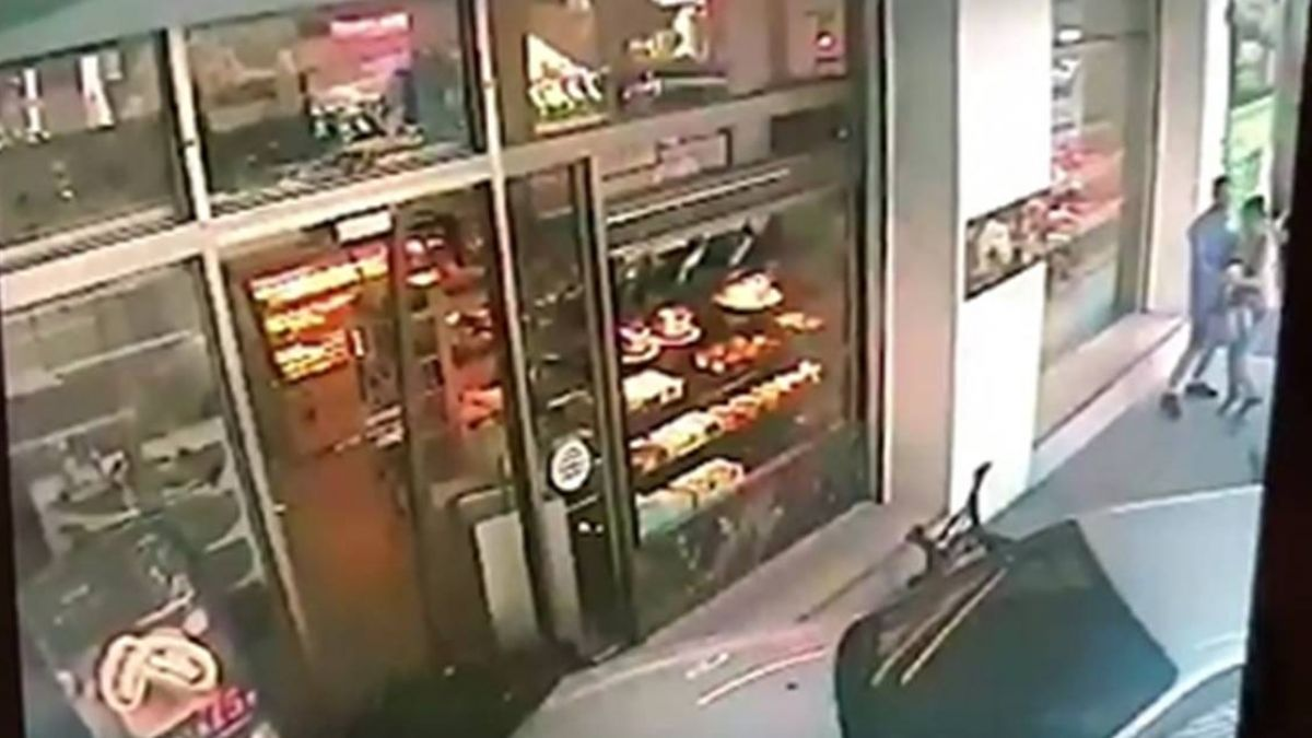 86歲翁停車…誤踩油門 暴衝撞進麵包店嚇壞路人!